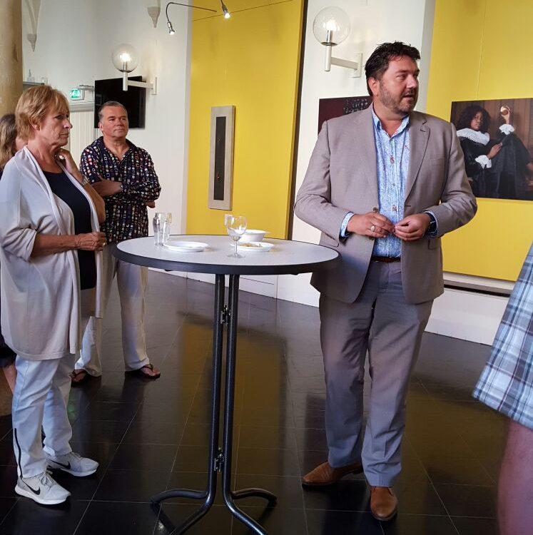 Jur Botter, wethouder van Kunst en Cultuur opent de expositie.