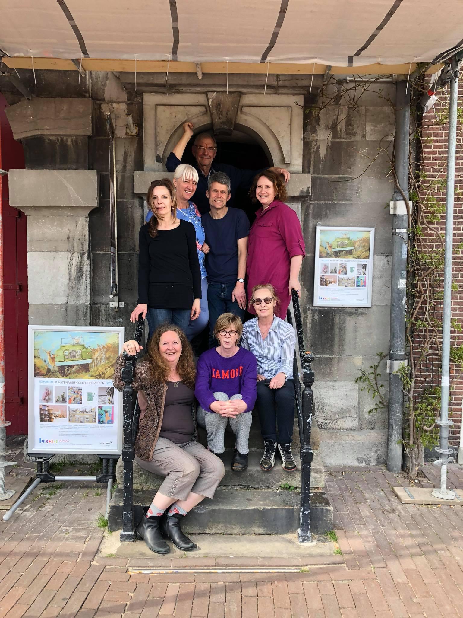 Kunstenaars Collectief Velsen op de trap van de Waag