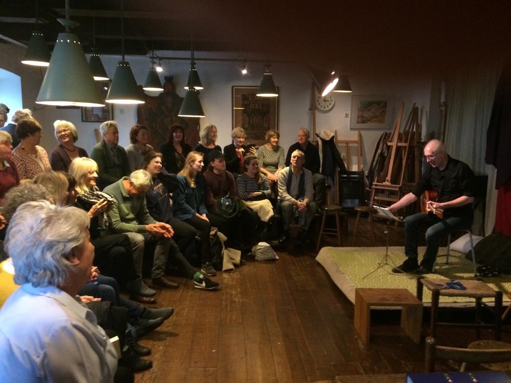 Fons Stam verzorgde drie geslaagde, Gluren bij de Buren, mini-concerten in de Waag