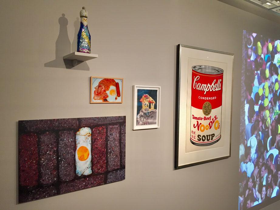 Jolanda Kanters hangt met fotowerk in het LAM te Lisse